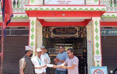 देउराली सामुदायिक बन उपभोक्ता समिति र इसाइ समाजकाे सहयाेग ।